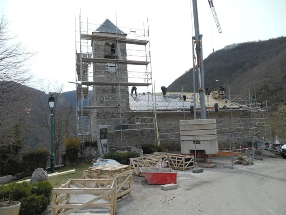 Chantier de réfection du toit de l'église de Génat en haute-Ariège